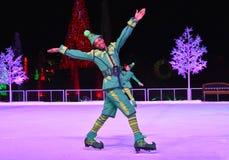 Trevlig älva som åker skridskor på is på den Chritsmas showen i internationellt drevområde arkivbilder