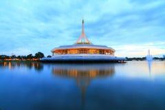 Trevlig arkitektur på sjön Arkivbilder