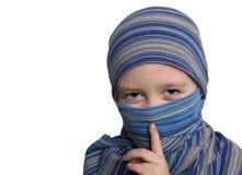 Trevlig asiatisk flicka i en blå sjal Arkivbild