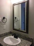 Trevlig badrumvask och spegel Royaltyfria Bilder