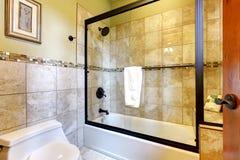 Trevlig bahroom med den glass duschdörren fotografering för bildbyråer