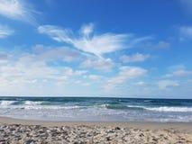 Trevlig blå himmel över den härliga stranden Royaltyfria Bilder