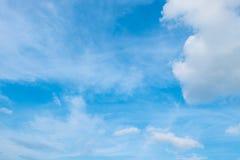 Trevlig blå himmel i den vita molniga dagen arkivfoton