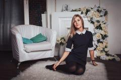 Trevlig blond flicka inomhus Fotografering för Bildbyråer