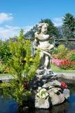 Trevlig botanisk trädgård med statyn Arkivbild