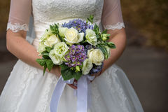 Trevlig bröllopbukett i bride& x27; s-hand Fotografering för Bildbyråer