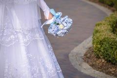 Trevlig bröllopbukett i bride& x27; s-hand Royaltyfria Bilder