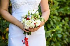 Trevlig bröllopbukett i bride& x27; s-hand Arkivfoton