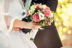 Trevlig bröllopbukett i hand för brud` s royaltyfri foto