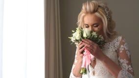 Trevlig bröllopbukett i hand för brud` s lager videofilmer