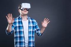 Trevlig bra seende man som testar exponeringsglas för verklighet 3d Arkivfoto