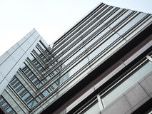 Trevlig byggnad under sikt Arkivfoto