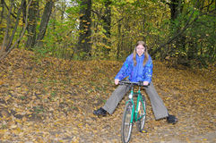 trevlig cykelflicka Arkivbilder