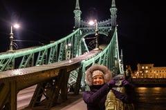 Trevlig dam på frihetsbron, Budapest royaltyfri fotografi