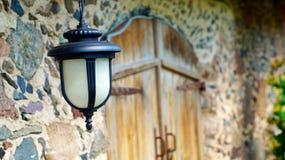 Trevlig dekorativ lykta som hänger på väggen av det gamla huset Arkivbild