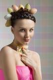 Trevlig easter flicka med ägg på huvudet Royaltyfri Fotografi