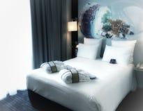 Trevlig enkel och ren dekorera bra sömn för sovrum royaltyfria foton