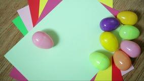 Trevlig färgrik bakgrund med påskägg stock video