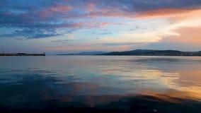 Trevlig färgrik sunsetlight över vattnet i en spansk stad Palamos lager videofilmer