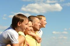 Trevlig familj av fyra på himmel royaltyfria foton