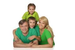 Trevlig familj i ljust arkivbilder