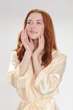 Trevlig flicka i kappa för beigahemdressing Fotografering för Bildbyråer