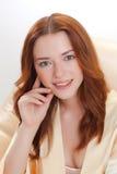 Trevlig flicka i kappa för beigahemdressing Royaltyfri Foto
