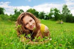 Trevlig flicka i parken Arkivfoton