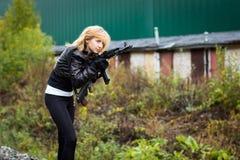 Trevlig flicka med armar Royaltyfri Bild