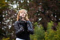 Trevlig flicka med armar Royaltyfri Fotografi