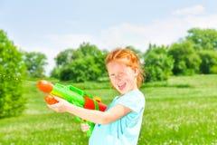 Trevlig flicka med ett vattenvapen Royaltyfri Fotografi