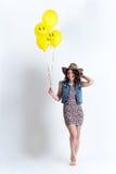 Trevlig flicka med gula ballonger Arkivfoton