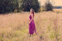Trevlig flicka och ett fält Royaltyfri Foto