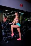 Trevlig flicka på idrottshallen Royaltyfria Bilder