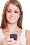 Trevlig flicka som använder den smarta telefonen Arkivbilder