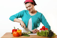 Trevlig flicka som förbereder sig att äta åkerbruka produktgrönsaker för ny marknad Salladvegetarian Royaltyfri Fotografi