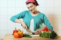 Trevlig flicka som förbereder sig att äta åkerbruka produktgrönsaker för ny marknad Salladvegetarian Royaltyfria Bilder