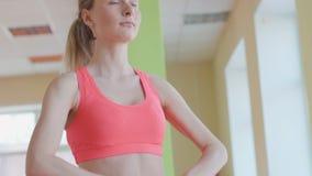 Trevlig flicka som poserar med expanderen i konditionrum stock video