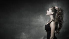 Trevlig flicka som ser i profilsikt royaltyfri fotografi
