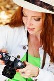 Trevlig flickafotograf på arbete Arkivbild