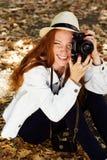 Trevlig flickafotograf på arbete Arkivfoton