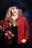 Trevlig flickamodemodell med blommor Arkivbilder