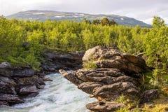 Trevlig flod för rafting! Arkivbilder
