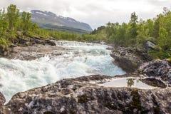 Trevlig flod för rafting! Arkivfoton