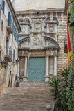 Trevlig forntida gatadetalj i en spansk stad Gerona 29 05 Spanien 2018 Royaltyfri Fotografi