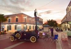Trevlig gammal bil som ställs ut med dess dörr som är öppen på den gamla staden Kissimmee fotografering för bildbyråer
