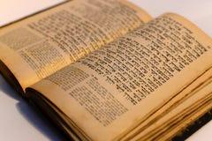 Trevlig gammal judisk bok Arkivfoto