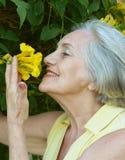 Trevlig gammal kvinna Arkivfoto