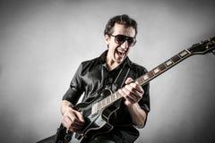 Trevlig gitarrist Fotografering för Bildbyråer