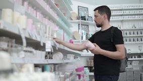 Trevlig grabb i en supermarket lager videofilmer